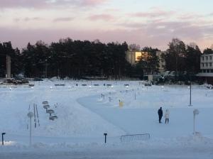 Sininen hetki Tapiolan kirjaston edessä
