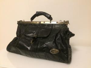 Musta matkalaukku